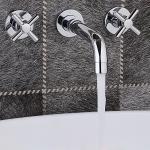 Robinet lavabo mural, style contemporain avec une finition chromée