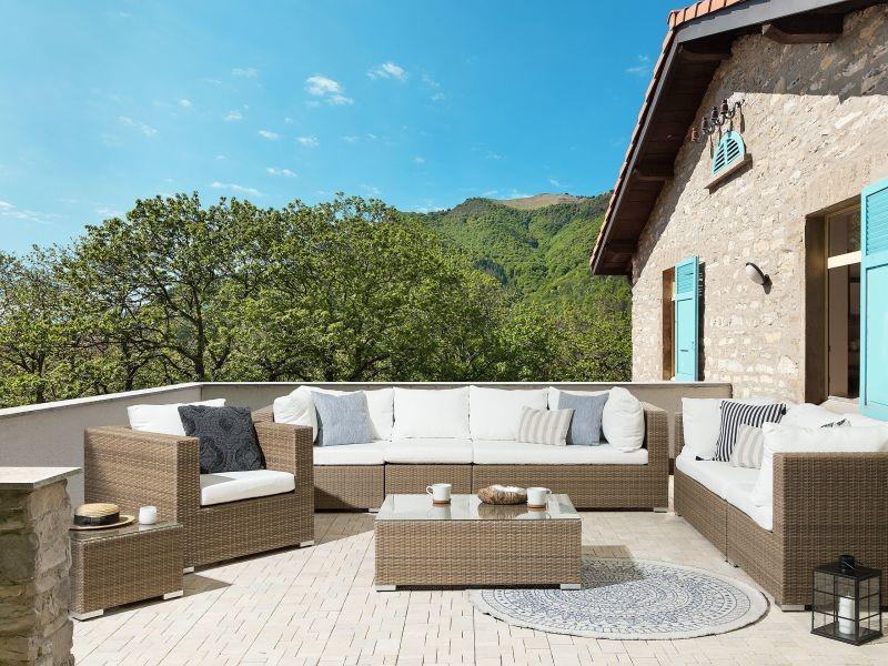 Salon de jardin 8 places en rotin marron clair avec coussins blancs cassés maestro ii 213552