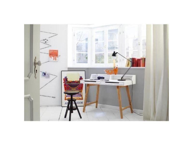 Vase fleurs et vintage cadre photo blanc sur le bureau en bois