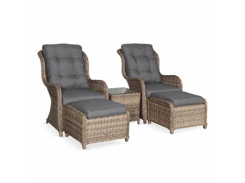 Lot de 2 fauteuils relax en résine tressée arrondie avec repose pieds et table basse - barletta naturel - aspect rotin. Coussins gris anthracite. Structure aluminium